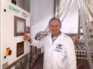 Peter Stober, Technischer Geschäftsführer bei EK-Pack, überprüft am Display die Verbindungen zwischen Schlauch und Leitung. (Bildquelle: Pro Tec)