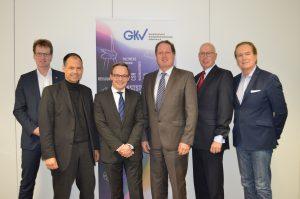Der Fachverband Schaumkunststoffe und Polyurethane (FSK) wurde zum 1. Januar 2018 fünfter Trägerverband des Gesamtverband Kunststoffverarbeitende Industrie (GKV). Im Bild sind die Geschäftsführer des GKV und die seiner Trägerverbände (v.l.): Dr. Elmar Witten (AVK), Michael Weigelt (Tecpart), Dr. Oliver Möllenstädt (GKV), Klaus Junginger (FSK), Ralf Olsen (Pro-K), Ulf Kelterborn (IK). (Bildquelle: GKV)