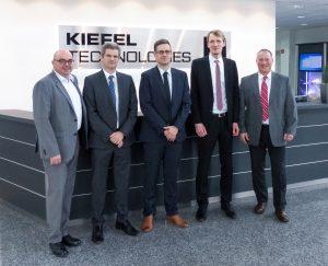 Kiefel und Wattron tun sich zusammen, um die Folienheizung im Thermoform-Prozess weiterzuentwickeln. Basis davon ist die Heiztechnologie von Wattron, die ein punktgenaues Heizen von Kunststofffolien ermöglicht. Im Bild sind die Verantwortlichen der beiden Unternehmen (v.l.): Dr. Bernd Stein (COO, Kiefel), Peter Eisl (CFO, Kiefel), Ronald Claus