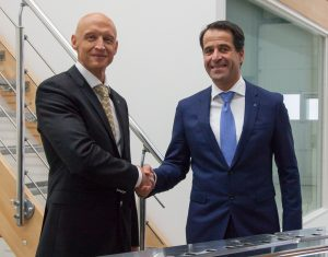 Johannes Müller, Geschäftsführer und ehemaliger Inhaber von EDS (l.) und Bernd Reifenhäuser, CEO<br /> der Reifenhäuser-Gruppe, besiegeln die Übernahme von EDS durch Reifenhäuser per Handschlag. (Bildquelle: Reifenhäuser)