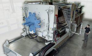 Bei vollem Öffnungshub können Spritzgießwerkzeuge ohne die Einschränkungen durch die Holme sowohl von oben als auch seitlich, ein- und ausgebaut werden. (Bildquelle: Ettlinger Kunststoffmaschinen)