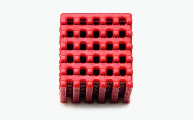 Platz 1: Bei dem 3D-Drucker Aceo Imagine Series K von Wacker, München (im Bild ist ein damit hergestelltes Silikonbauteil zu sehen), handelt es sich um die erste industriereife Druckergeneration des Unternehmens. Er druckt deutlich schneller als die bisherigen Prototypen und ist kompakter gebaut. Die Aceo-Technologie nutzt ein Drop-on-Demand-Verfahren. Auf einer Unterlage deponiert der Druckerkopf winzige Silikontröpfchen. Schicht für Schicht entsteht auf diese Weise das Werkstück (siehe Bild). (Bildquelle: Wacker Chemie)