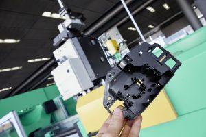 Ein Beispiel für ein verzugsoptimiertes Bauteil ist eine Grundplatte für die Automobilindustrie aus Polycarbonat (PC) mit 5 Prozent Glasfaserverstärkung, die in diesem Fall mit Profoam hergestellt wurde. (Bildquelle: Arburg)