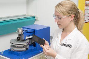 Kratztests mit einem Ritzhärteprüfgerät zeigen, dass das Silikonadditiv die Oberflächenreibung des Kunststoffs und dadurch die Kratz- und Abriebbeständigkeit verbessert. Auch die mechanischen Eigenschaften des Kunststoffs leiden nicht.