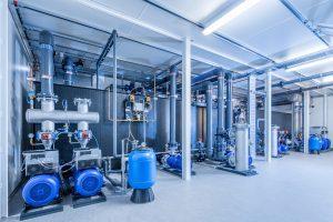 Zu den Kälteanlagen dieser Baureihe gehören auch frequenzgeregelte Pumpen, die deutlich weniger Energie verbrauchen als konventionelle Anlagen mit ungeregelten, nicht verbrauchsabhängig arbeitenden Komponenten.