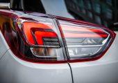Beleuchtet erscheint die pfeilähnliche Markensignatur homogen rot – und selbst unbeleuchtet sind die Doppelschwingen noch gut zu erkennen. Für diesen Effekt sorgen Lichtleiter aus einer neu modifizierten Variante Plexiglas Formmasse. (Bildquelle: Opel)