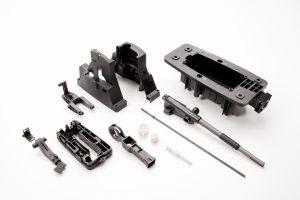 Die 14, mit sehr engen Toleranzen gefertigten Gehäusekomponenten werden an einen Getriebe-Hersteller geliefert. Dort werden die Metallkomponenten eingelegt und die Sensoren und Steuerungen integriert.