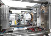 Krauss Maffei verlegt sein Hauptwerk und die Firmenzentrale von München-Allach nach Parsdorf/Vaterstetten. Das Bild zeigt eine Spritzgießmaschine für die Produktion großvolumiger Verpackungen.(Bildquelle: Krauss Maffei)