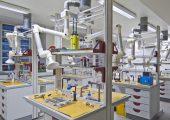Kleben mit System: Damit die anspruchsvolle Technik sicher beherrscht wird, nehmen die beschichteten Prüfkörpervorrichtungen in Unterricht und Labor eine Schlüsselrolle ein. Bildquelle: TC-Kleben