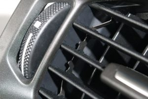 Detailaufnahme der Kämme und Leisten im Luftausströmer Scania, die aus mit  10% Glasfaser verstärkten POM gefertigt werden. (Bildquelle: K. D: Feddersen)