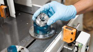Die fertigen Teile werden manuell entnommen und von Metallspänen gereinigt.