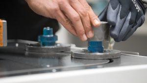 Jeder Arbeitsschritt des automatischen Drehens erfordert eine kundenspezifische Haltevorrichtung, die mithilfe von Wagen auf dem Förderband befestigt werden. (Bildquelle: alle Formlabs)