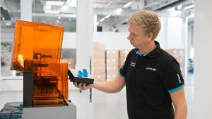 Verfahrenstechniker Christian Joebstl setzt insgesamt drei 3D-Drucker für die Fertigung der Haltevorrichtungen ein.