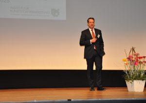 """Prof. Dr. Christian Hopmann, Leiter des Instituts für Kunststoffverarbeitung (IKV),  ist der Meinung: """"Wir brauchen Daten."""" Daher müsse man die ohnehin in der Produktion anfallenden verfügbar machen, um aus diesen relevante Informationen zu ziehen. (Bildquelle: David Löh/Redaktion Plastverarbeiter)"""