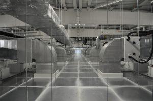 Bei den Reinräumen für die Spritzgießfertigung kamen spezielle Decken- und Wandkonstruktionen zum Einsatz. Außerdem wurde ein ausgeklügeltes Belüftungssystem mit einer abwärts gerichteten Luftströmung über Filter-Fan-Units konzipiert, das sehr energieeffizient arbeitet. (Bildquelle: Braunform)