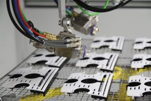 Die automatisierte Applikation, hier mit einem Dreiachsautomaten, ermöglicht neben Materialeinsparungen eine höhere Reproduzierbarkeit des Lackierergebnisses und verringerten Ausschuss. (Bildquelle: Sprimag)