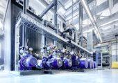 Auch mit alternativen Kältemitteln lässt sich eine hoch effiziente Kälteerzeugung für Prozesse der Kunststoffverarbeitung realisieren, wie beispielsweise mit dieser Propan-Kälteanlage. (Bildquelle: L&R)