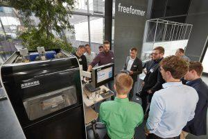 An fünf 3D-Druckern im Kundencenter von Arburg (Bild) sowie im Prototyping Center und im Reinraum setzten die Teilnehmer des Anwendertags das Gelernte in die Praxis um. (Bildquelle: Arburg)
