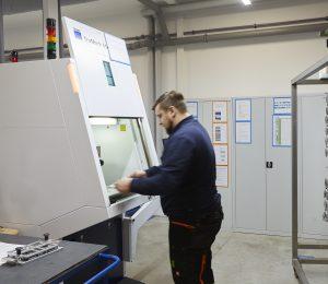 Die zu bearbeitenden und vorbehandelten Bauteile werden manuell in eines der Lasermarkiersysteme eingelegt.
