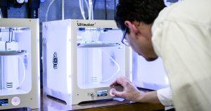 Die Desktop-3D-Drucker stellen Werkzeuge und Fertigungshilfen über Nacht her. Bereits am nächsten Morgen können sie getestet werden. (Bildquelle: Ultimaker)