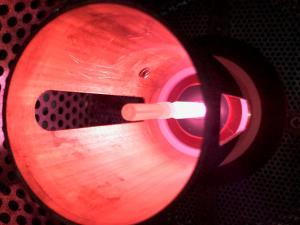 Innenbeschichtung einer Kunststoffspritze mittels Plasma (Bildquelle: IKV)