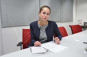 Natalie Hangel erläutert am Datenblatt, wie die Qualität der Filamente dokumentiert wird. Das Datenblatt enthält die Messergebnisse der  kontinuierlichen Dickenmessung während der Produktion des Filaments. (Bildquelle: Redaktion Plastverarbeiter/Dr. Etwina Gandert)