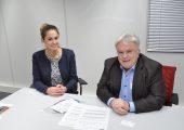 Natalie Hangel und Helmut Gehr erläutern die Strategie des Unternehmens in Bezug auf die  Filament-Fertigung für die additive Fertigung. Der Geschäftsführer Gehr hat das Potenzial  früh erkannt und kräftig in Maschinen und Personal investiert.  (Bildquelle: Redaktion Plastverarbeiter/Dr. Etwina Gandert)