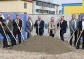Spatenstich für die beiden neuen Montagehallen, darunter der Facility Manager Stefan Stachelscheid (1.v.l), Personalleiter Wolfgang Helmrich (3.v.l.), Dr. Bernd Stein, COO (4.v.l.), Geschäftsführer Thomas J. Halletz (3.v.r.) und Helmut Strecha (1.v.r.), Bereichsleiter Produktion. (Bildquelle: Kiefel)