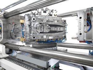 Colorform glänzt in PianoBlack: Eine Spritzgießmaschine GXW 650 produziert eine Interieurblende für den Fahrzeugbau. (Bildquelle: Kraussmaffei)
