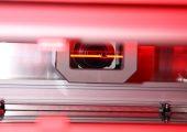 Durch eine Mehrfachabtastung in Kombination mit neuen LED-Beleuchtungssegmenten detektiert die Bildverarbeitungssoftware 'WebControl S Carbonfiber' auch bislang unsichtbare Wirk-, Gassen- und Gelege-Fehler oder fehlerhafte Faserausrichtungen.. (Bildquelle: Pixargus)