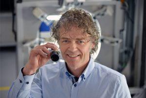 Sieht dank Kamerasensorik besser: Pixargus-Geschäftsführer Jürgen Philipps entwickelt optische Inline-Systeme zur Qualitätsüberwachung von Extrusionsprodukten für die Automobilindustrie. (Bildquelle: Andreas Schmitter/Pixargus)
