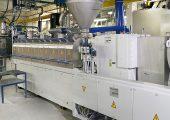 Der neue Doppelschneckenextruder ZE65x50D der Baureihe ZE BluePower von Krauss Maffei Berstorff in der Produktion bei PolyComp. (Bildquelle: Polycomp)