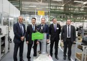 In der Produktionshalle von Stäubli mit der maßgeschneiderten TS-Reihe für Schneider Electric (v.l.n.r.): Rolf Strebel, CEO der Stäubli-Gruppe; Ali Haj Fraj, Senior Vice President Machine Solutions, Industry Business bei Schneider Electric; Gerald Vogt, Group Division Manager bei Stäubli Robotics; Andrea Barbolini, Vice President Solutions Management, Machine Solutions bei Schneider Electric und Jean-Marc Dalmasso, Deputy Business Unit Manager bei Stäubli in Faverges, Frankreich. (Bildquelle: Schneider Electric)
