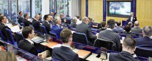 Bei den Fachvorträgen stellten mehrere Referenten praktische Anwendungen des 3D-Drucks mit Kunststoffen und Metallen vor. Im Bild: Heinz Gaub von Arburg bei seinem Vortrag. (Bildquelle: VDMA)