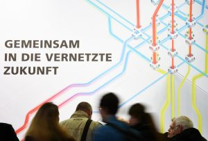 Die Vernetzung von IT und klassische Automation ist eines der Hauptthemen der Digital Factory. (Bildquelle: Deutsche Messe)