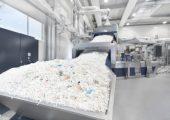 Erema hat sein Zentrum für Kundenversuche in Ipswich, USA, um eine Recyclinganlage Intarema-TVEplus mit Laserfilter erweitert, die speziell für das Recycling von Post Consumer Materialien mit hohem Verschmutzungsgrad geeignet ist. (Bildquelle: Erema)