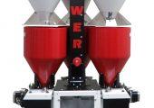 Komponenten: Gebläsemotor, Fördersystem, drei Materialaufnahmebehälter (weiß), drei Trichter mit Wiegezellen (rot) sowie ein Behälter mit Füllstandssensor. (Bildquelle: Maguire)