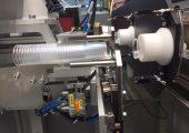 Die Automationsanlage produziert Medizinbecher. (Bildquelle: Hekuma)