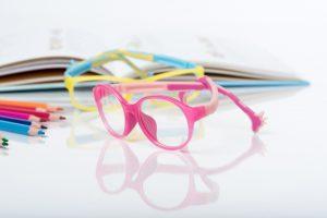 Die Konzept-Kinderbrille zeigt die Fachkompetenz im Polymer-Design für die optische Industrie. (Bildquelle: Evonik)