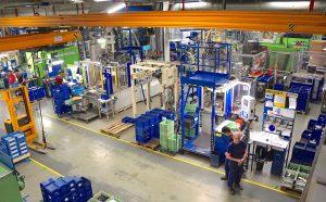 In der Spritzgießfertigung von Witte in Nejdek produzieren 400 Personen im Vier-Schichtbetrieb auf aktuell 51 Spritzgießmaschinen kleine bis mittelgroße Komponenten für PKW-Schließsysteme, viele davon auf Vertikalmaschinen.