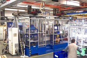 Je höher die Fachzahl und komplexer die Einlegeaufgabe, umso effizienter ist die Automatisierung der Einlege- und Entnahmeaufgaben mittels Roboter. Hier das Beispiel einer 80-Tonnen-Rundtischmaschine in Kombination mit zwei Linearrobotern.