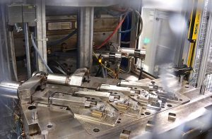Ein Produktionsbeispiel ist die Herstellung von Steckadaptern mit einem 4-fach Spritzgießwerkzeug.