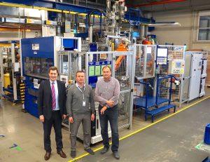 Wittmann Battenfeld CZ Geschäftsführer Michal Slaba, Kamil Hušek, Projektleiter für Spritzgießanlagen bei Witte Nejdek und Miroslav Tureček blicken auf eine langjährig erfolgreiche Zusammenarbeit zurück.