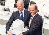 Dr. Martin Brudermüller (r.) wird mit Ablauf der heutigen Hauptsammlung neuer Vorstandsvorsitzender der BASF und löst damit Dr. Kurt Bock ab, der in zwei Jahren in den Aufsichtsrat wechseln soll. (Bildquelle: BASF)