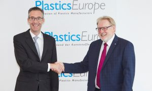 Dr. Michael Zobel (li.), neuer Vorsitzender des Kunststofferzeuger-Verbands Plasticseurope Deutschland, dankte in seiner Antrittsrede seinem Vorgänger Dr. Josef Ertl (re.), der den Verband fünf Jahre geführt hatte. (Bildquelle: Plasticseurope Deutschland)