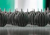 Während der Vortragspausen der zweiten internationalen PIM-Konferenz von Arburg produzierten Spritzgießmaschinen verschiedene PIM-Teile, darunter bionisch optimierte MIM-Kühlkörper für LED-Leuchten. (Bildquelle: Arburg)