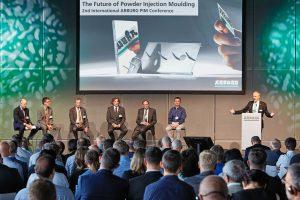Bei der PIM-Konferenz beantworteten die Hauptredner im Rahmen der Podiumsdiskussion Fragen der Teilnehmer. Moderiert wurde diese von Stephan Doehler, Bereichsleiter Vertrieb Europa bei Arburg. (Bildquelle: Arburg)