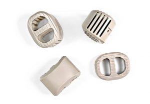 Die Bandscheibenprothesen aus Kunststoff sorgen für den nötigen Abstand zwischen den Wirbelkörpern und unterstützen durch die Gitterstruktur die schmerzfreie Verknöcherung der Wirbel. (Bildquelle: alle Evonik)