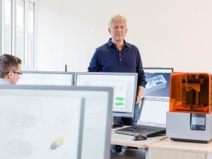 """Der Kunststoffverarbeiter Riegler nutzt den hausinternen 3D-Druck, um die Produktentwicklung zu beschleunigen und zu verbessern. """"Früher konnten wir nur wenige Variationen eines Prototyps testen, und außerdem dauerte die externe Prototypenherstellung mehrere Wochen"""", sagt Klaus Oswald, Konstruktions- und Entwicklungsleiter bei dem Kunststoffverarbeiter. (Bildquelle: Formlabs)"""