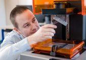 Die Entwicklungsabteilung von Riegler nutzt die selbst gedruckten Prototypen, vor allem wenn es um komplexe Systemkomponenten geht – hier ein 3D-gedruckter Kassettendeckel in grauem Kunstharz bei einer Auflösung von 25 Mikron. (Bildquelle: Formlabs)